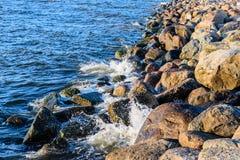 碰撞在波罗的海上石头的波浪支持 免版税库存照片