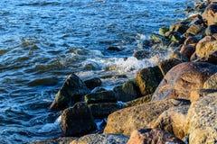 碰撞在波罗的海上石头的波浪支持 免版税库存图片