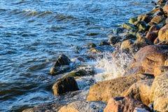 碰撞在波罗的海上石头的波浪支持 免版税图库摄影