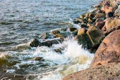 碰撞在波罗的海上石头的波浪支持 库存照片