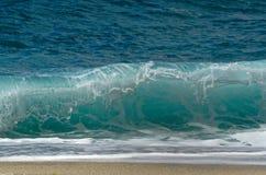 碰撞在海滩的强有力的波浪 免版税库存图片