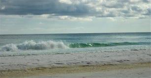 碰撞在海滩的波浪在Destin 库存照片