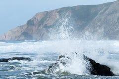 碰撞在海滩的波浪 免版税库存照片