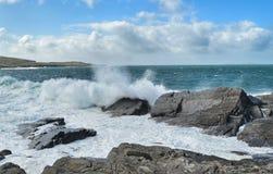 碰撞在爱尔兰的波浪 免版税库存图片