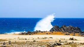 碰撞在石头,阿鲁巴的波浪 Arikok公园 库存照片