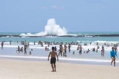 碰撞在礁石的波浪 库存照片