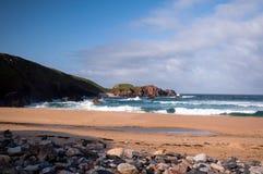 碰撞在苏格兰海滩的波浪 免版税库存图片