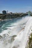 碰撞在著名尼亚加拉瀑布的尼亚加拉河 免版税库存图片
