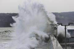 碰撞在防堤的大波浪 免版税库存图片