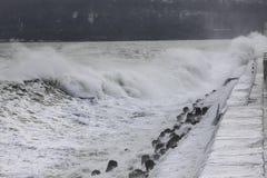 碰撞在防堤的大波浪 免版税库存照片