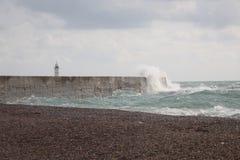 碰撞在防堤的波浪 免版税库存图片