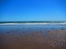 碰撞在陆上在海滩的波浪 免版税库存照片