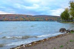 碰撞在Canandaigua湖岸的波浪在秋天 库存照片