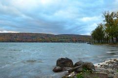 碰撞在Canandaigua湖岸的波浪在秋天 免版税库存图片