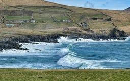 碰撞在Finian的海湾,爱尔兰的波浪 库存照片