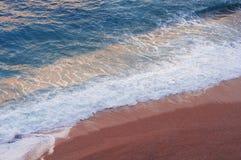 碰撞在Kaputas海滩的波浪一张鸟瞰图在安塔利亚 免版税库存图片