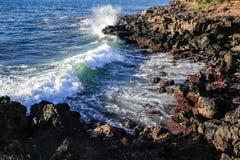 碰撞在lave的波浪在毛伊夏威夷海岸线晃动 免版税库存照片