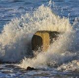 碰撞在Lossiemouth的波浪。 库存图片