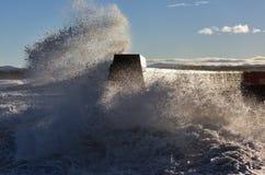 碰撞在Lossiemouth的波浪。 免版税库存图片