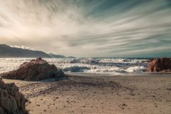 碰撞在Ostriconi上的波浪在可西嘉岛的Balagne地区靠岸 免版税库存照片