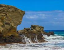 碰撞在Papakolea海滩大岛的波浪 免版税库存照片