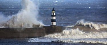 碰撞在Seaham灯塔的波浪 免版税库存图片