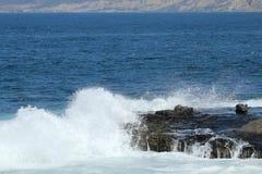碰撞对峭壁的波浪在拉霍亚加利福尼亚 免版税库存照片