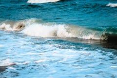 碰撞对海滩的波浪在一个夏日期间 免版税库存照片