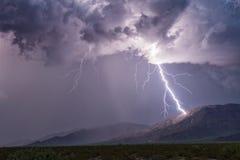 碰撞山的闪电 免版税库存照片