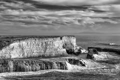 碰撞岸上在黑白的更加狂放的国家海滩的波浪 库存照片