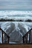 碰撞当厄尔尼诺风暴的波浪搬到圣克莱芒特,加利福尼亚 免版税库存照片