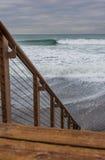 碰撞当厄尔尼诺风暴的波浪搬到圣克莱芒特,加利福尼亚 库存照片