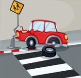 碰撞标志的一辆红色汽车在步行车道附近 库存照片