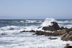碰撞沿沿17英里驱动加利福尼亚的岩石的海浪 免版税库存照片