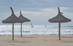 碰撞波浪的风帆冲浪者 免版税图库摄影