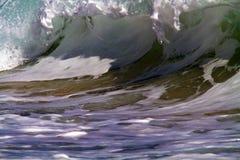 碰撞海洋的海浪在陆上 免版税库存照片