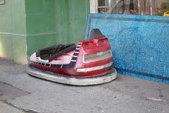碰撞用汽车在布赖顿街道停放了  库存照片