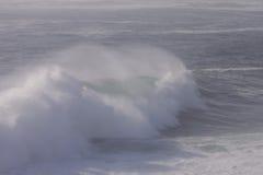 碰撞的大西洋海浪 免版税库存图片