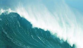 碰撞的波浪关闭  库存照片