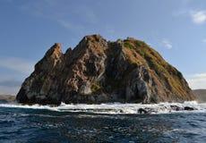 碰撞的波浪和岩石 库存图片