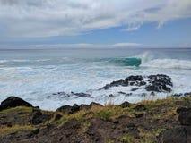 碰撞的波浪奥阿胡岛 免版税库存照片