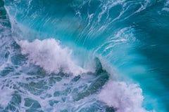 碰撞的波浪鸟瞰图  免版税库存图片