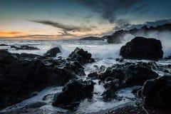 碰撞的波浪- Grindavik -冰岛 免版税库存照片