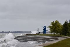 碰撞的海浪Diversey港口 免版税图库摄影
