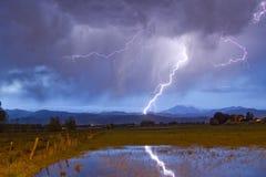 碰撞落矶山脉的山麓小丘的闪电 免版税库存照片
