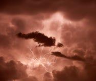 碰撞通过云彩的闪电 免版税库存照片