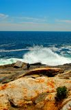 碰撞更大的波浪在陆上 库存图片