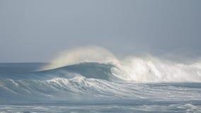 碰撞@ hossegor海滩的波浪 免版税库存照片
