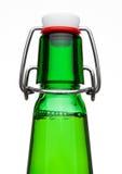 轻碰顶面盖帽啤酒瓶绿色玻璃 库存照片