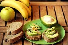 碱性早餐用苹果和鲕梨三明治 免版税库存照片